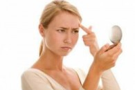 Причини прищів на лобі
