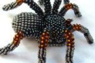 Процес плетіння павука бісером у майстер-класі