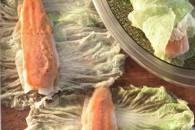 Риба в листі пекінської капусти