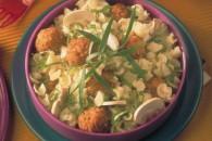 Салат з макаронів з свинячими фрикадельками