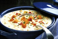 Суп з молюсків прикрашений беконом і грінками