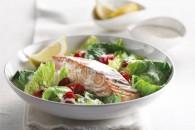 Теплий салат з лососем і помідорами