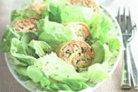 Зелений салат з рулетиками з риби та яєць